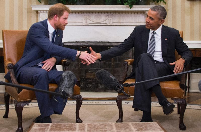 Britain's Prince Harry (L) shakes hands with US President Barack Obama during a meeting in the Oval Office of the White House, October 28, 2015 (AFP Photo/Jim Watson)