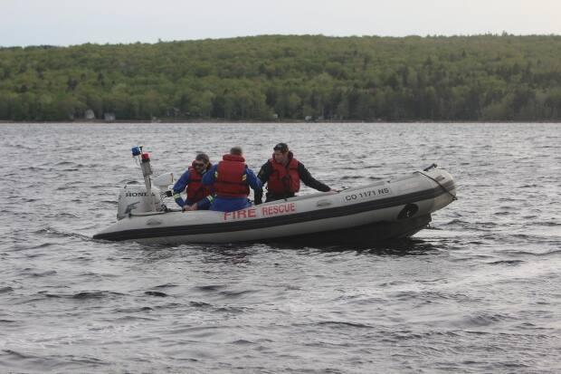 The New Minas fire department brought two watercraft to the scene. (Ian Swinamer - image credit)