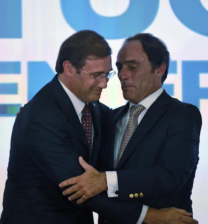 Social Democratic Party leader and Prime Minister, Pedro Passos Coelho (L), and coalition leader of the Popular Party, Paulo Portas, congratulate each other in Lisbon after winning the general elections, on October 4, 2015 (AFP Photo/Francisco Leong)