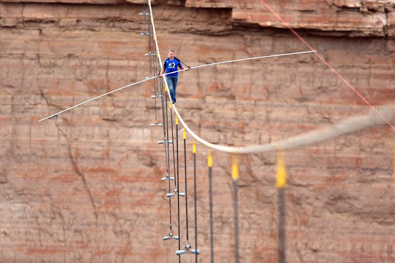 Wallenda walks tightrope high over Ariz. gorge