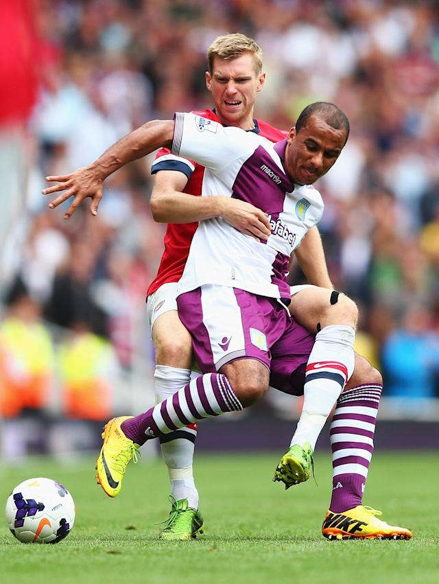 LONDON, ENGLAND - AUGUST 17: Gabriel Agbonlahor of Aston Villa is challenged by Per Mertesacker of Arsenal during the Barclays Premier League match between Arsenal and Aston Villa at Emirates Stadium on August 17, 2013 in London, England. (Photo by Clive Mason/Getty Images)