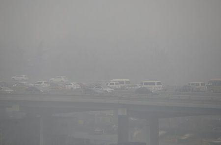 Vehicles drive amid heavy smog in Beijing, China, November 30, 2015. REUTERS/Jason Lee