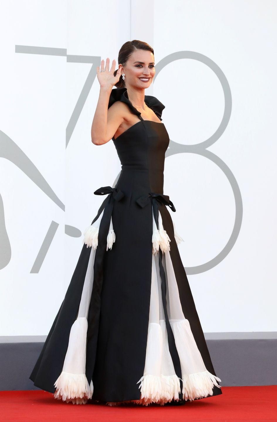 <p>Penelope Cruz wore a dramatic black and white gown embellished with bows.</p>