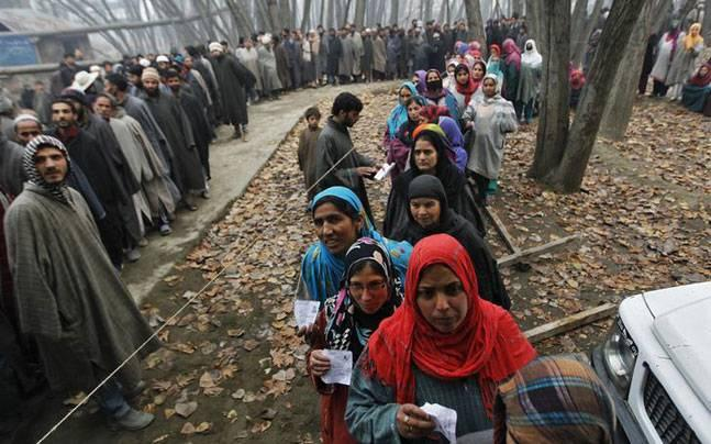 Farooq Abdullah leads by over 9000 votes in Srinagar by