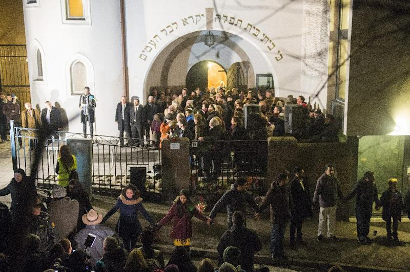 Norwegian Muslims create a human peace ring around a synagogue in Oslo, Norway, on February 21, 2015 (AFP Photo/Fredrik Varfjell)