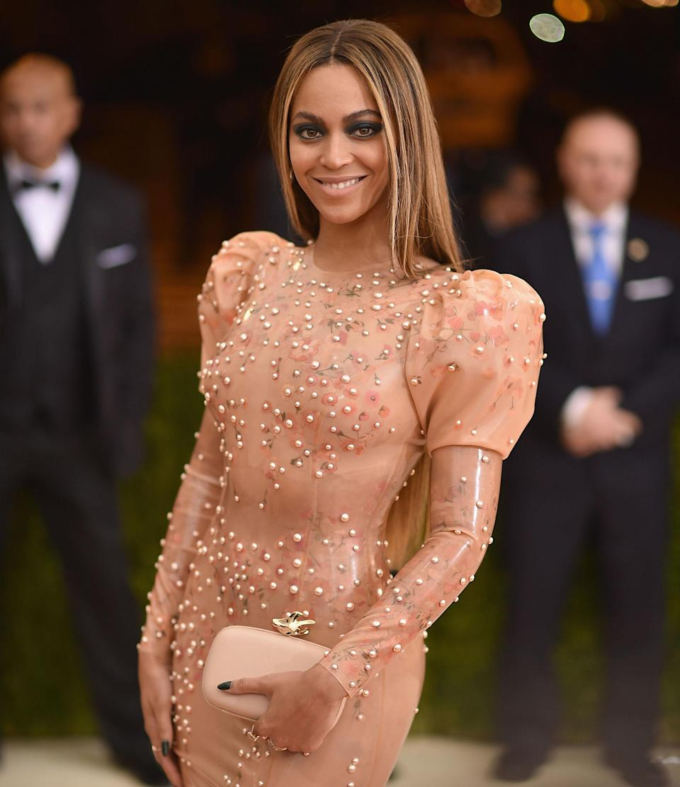 """<p>For someone as extraordinary as Queen B, her cheat day meal is so <em>ordinary</em><em>.</em> """"I always treat myself to one meal on Sundays when I can have whatever I want,"""" <a href=""""http://www.shape.com/blogs/fit-famous/beyonc-shows-her-fit-fabulous-body-april-issue-shape"""" rel=""""nofollow noopener"""" target=""""_blank"""" data-ylk=""""slk:she told Shape"""" class=""""link rapid-noclick-resp"""">she told <em>Shape</em></a>. """"Usually it's pizza, which is my favorite indulgence."""" And h<span>er favorite kind of pizza? Extra sauce and jalapeño<span>, a strange combo that <a href=""""https://www.youtube.com/watch?v=MudvLw8hLoo"""" rel=""""nofollow noopener"""" target=""""_blank"""" data-ylk=""""slk:Jay-Z hilariously tried to explain to Jimmy Kimmel"""" class=""""link rapid-noclick-resp"""">Jay-Z hilariously <em>tried</em> to explain to Jimmy Kimmel</a><span>. If it's good enough for Bey, it's good enough for us.</span></span>]]>🍕🍕🍕</span></p>"""
