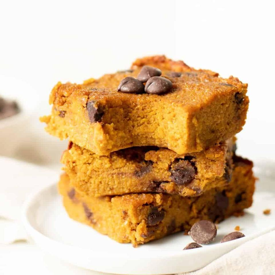 """<p>The light, custard-like texture of these bars makes them taste just like pumpkin pie. Store them in your fridge or freezer because they're best eaten cold. </p><p><strong>Get the recipe at <a href=""""https://cleananddelicious.com/healthy-pumpkin-pie-bars/#recipe"""" rel=""""nofollow noopener"""" target=""""_blank"""" data-ylk=""""slk:Clean and Delicious"""" class=""""link rapid-noclick-resp"""">Clean and Delicious</a>. </strong></p><p><a class=""""link rapid-noclick-resp"""" href=""""https://go.redirectingat.com?id=74968X1596630&url=https%3A%2F%2Fwww.walmart.com%2Fsearch%2F%3Fquery%3Dpioneer%2Bwoman%2Bbaking%2Bdishes&sref=https%3A%2F%2Fwww.thepioneerwoman.com%2Ffood-cooking%2Fmeals-menus%2Fg37022645%2Fhealthy-pumpkin-recipes%2F"""" rel=""""nofollow noopener"""" target=""""_blank"""" data-ylk=""""slk:SHOP BAKING DISHES"""">SHOP BAKING DISHES</a></p>"""