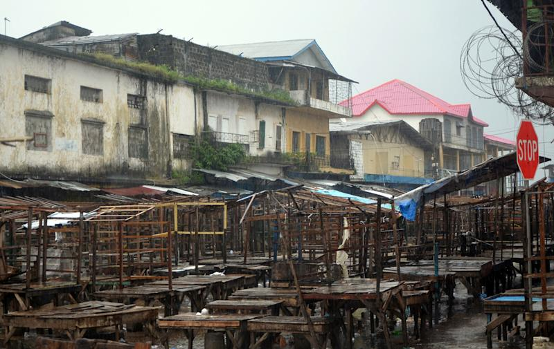 A street market remains empty in Monrovia's West Point slum as part of quarantine measures to contain the spread of Ebola in Liberia on August 20, 2014 (AFP Photo/Zoom Dosso)