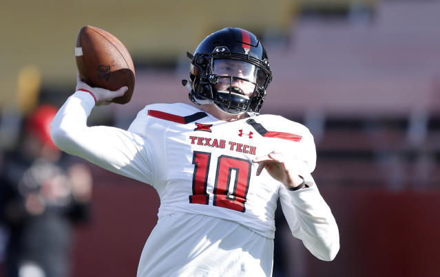 """Texas Tech quarterback <a class=""""link rapid-noclick-resp"""" href=""""/ncaaf/players/286629/"""" data-ylk=""""slk:Alan Bowman"""">Alan Bowman</a> was released from the hospital on Wednesday after suffering another partially collapsed lung. He is expected to rejoin team activities on Thursday. (AP Photo/Charlie Neibergall)"""