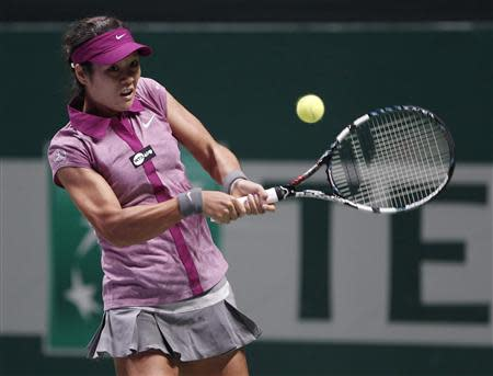Li Na of China hits a return to Victoria Azarenka of Belarus during their WTA tennis championships match at Sinan Erdem Dome in Istanbul, October 25, 2013. REUTERS/Osman Orsal