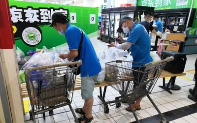 Dada Now riders picking up orders in a Walmart store in Wuhan