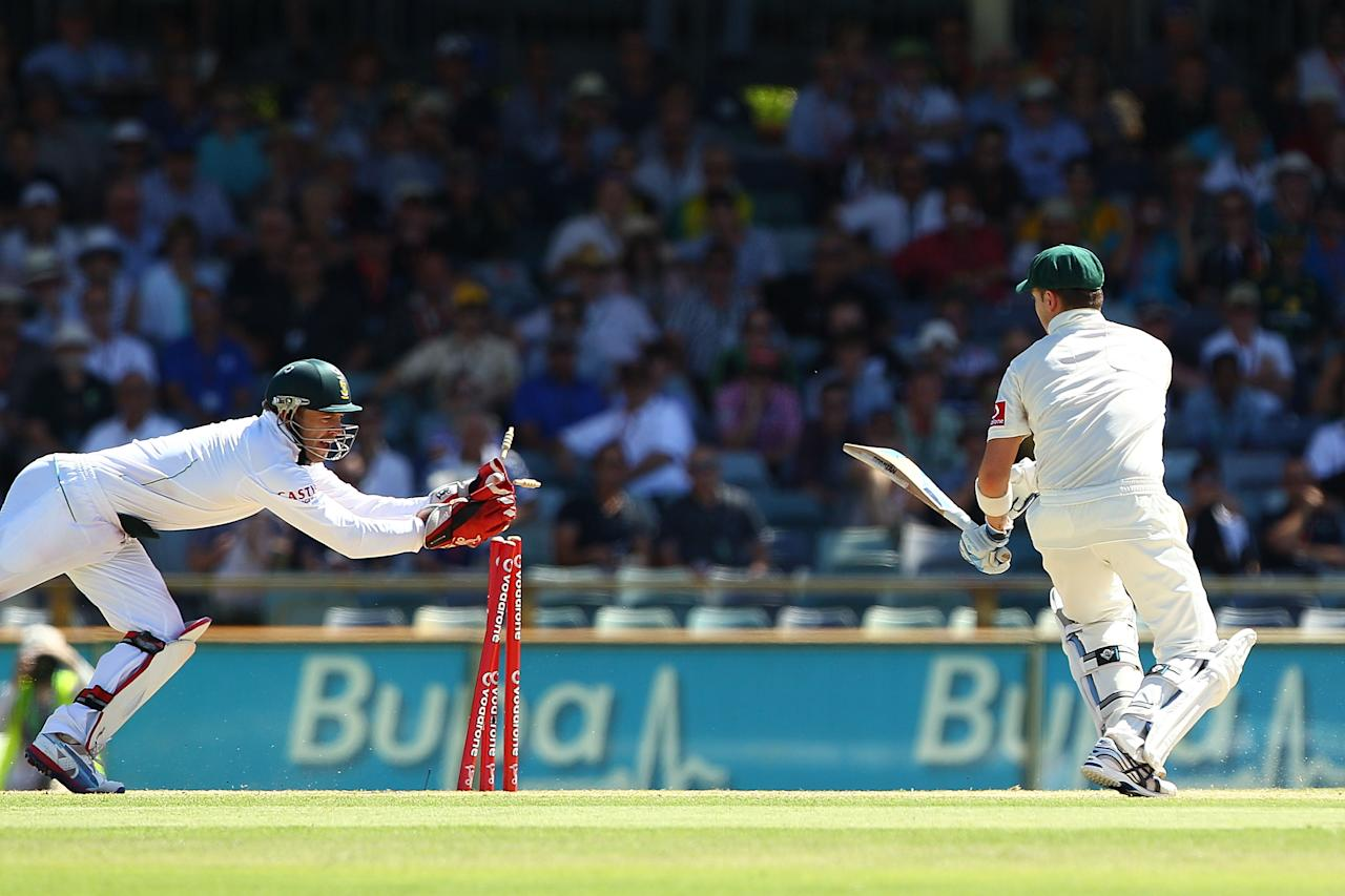 PERTH, AUSTRALIA - DECEMBER 03: AB de Villiers of South Africa stumps Michael Clarke of Australia during day four of the Third Test Match between Australia and South Africa at WACA on December 3, 2012 in Perth, Australia.  (Photo by Paul Kane/Getty Images)