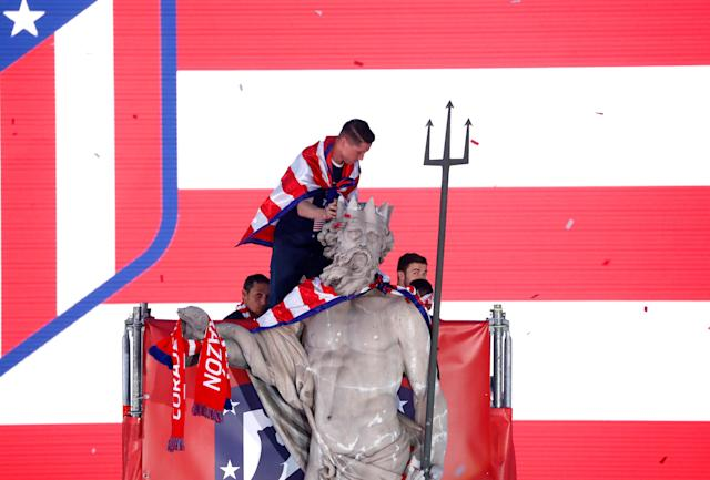 Soccer Football - Atletico Madrid Celebrate Winning The Europa League - Neptuno Square, Madrid, Spain - May 18, 2018 Atletico Madrid's Fernando Torres on top of a statue during the celebrations REUTERS/Juan Medina