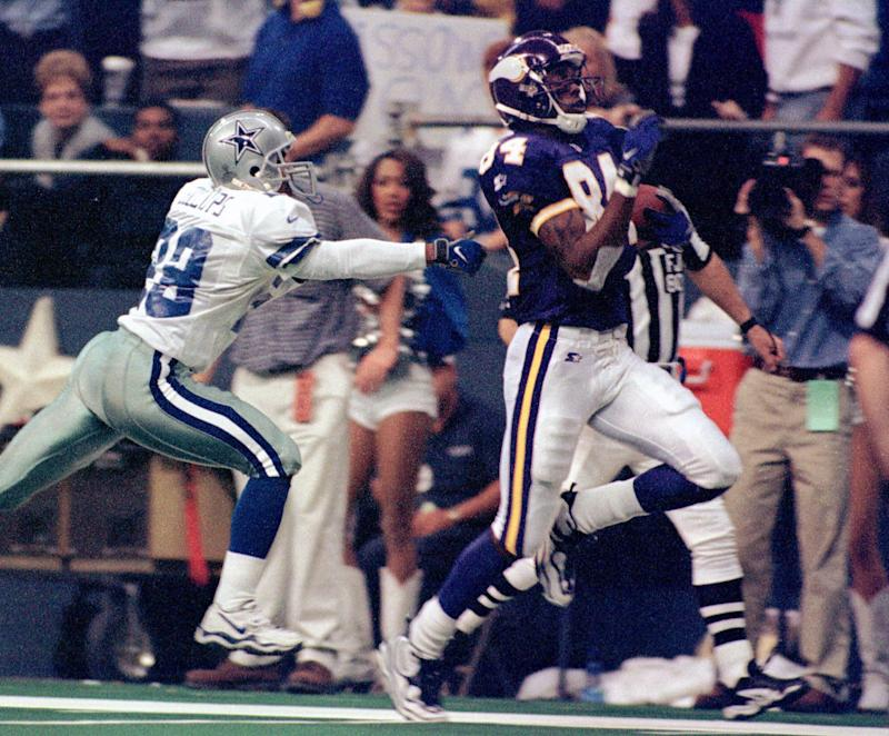 Minnesota Vikings wide receiver Randy Moss (84) runs for a 56-yard touchdown in the third quarter as Dallas Cowboys cornerback Terry Billups gives chase Thursday, Nov. 26, 1998, in Irving, Texas. Minnesota won 46-36. (AP Photo/Tim Sharp)
