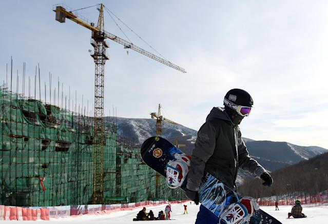 A snowboarder pictured on the slopes at the Yunding ski resort in Chongli, near Zhangjiakou, on January 17, 2015 (AFP Photo/Wang Zhao)