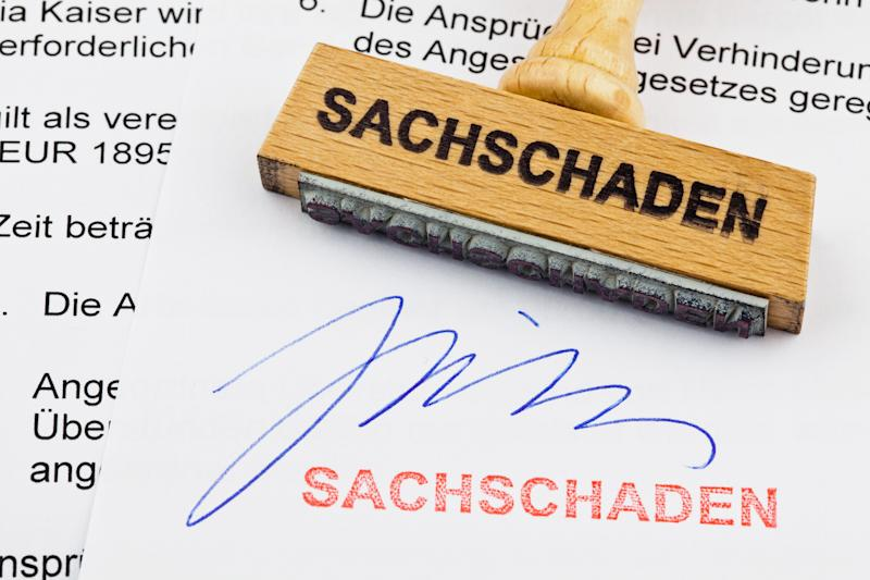(GERMANY OUT) Ein Stempel aus Holz liegt auf einem Dokument. Deutsche Aufschrift: Sachschaden (Photo by Wodicka/ullstein bild via Getty Images)