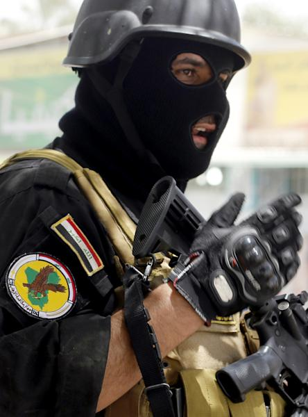Iraqi special forces keep watch as they secure a district in West Baghdad, on June 18, 2014 (AFP Photo/Sabah Arar)