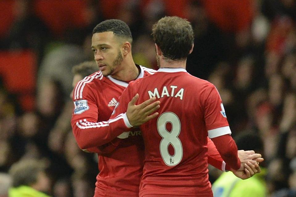 Manchester United's Memphis Depay (L) comes on to replace Juan Mata (R) during the match against Chelsea at Old Trafford on December 28, 2015 (AFP Photo/Oli Scarff)