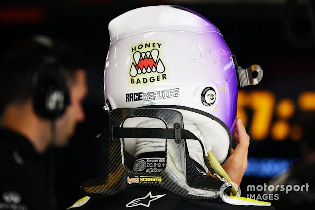 "Detalle del casco de Daniel Ricciardo, Renault F1, incluyendo una pegatina de Honey Badger <span class=""copyright"">Mark Sutton / Motorsport Images</span>"