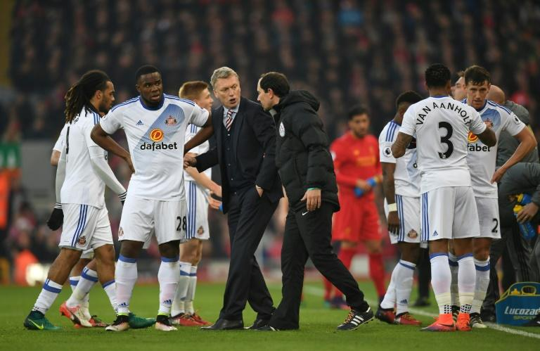 Sunderland's manager David Moyes (C) talks to his players during a break for an injury in Liverpool's Brazilian midfielder Philippe Coutinho during the English Premier League football match between Liverpool and Sunderland on November 26, 2016