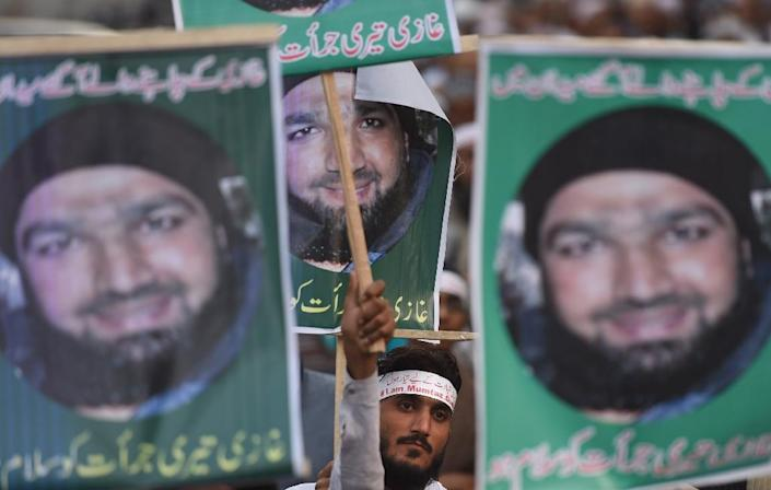 Pakistani demonstrators in 2015, supporters of former police bodyguard Mumtaz Qadri on death row in Pakistan for assassinating a politician (AFP Photo/Asif Hassan)