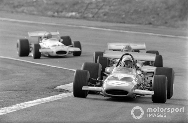 """Bruce McLaren, McLaren M14A Ford, Graham Hill, Lotus 49C Ford, y Rolf Stommelen, Brabham BT33 Ford <span class=""""copyright"""">LAT Images</span>"""