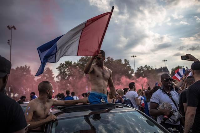 PIL08. Paris (France), 15/07/2018.- French supporters celebrate their team's victory after the FIFA World Cup 2018 final match between France and Croatia, on Place de la Bastille in Paris, France, 15 July 2018. (Croacia, Mundial de Fútbol, Francia) EFE/EPA/ROMAN PILIPEY