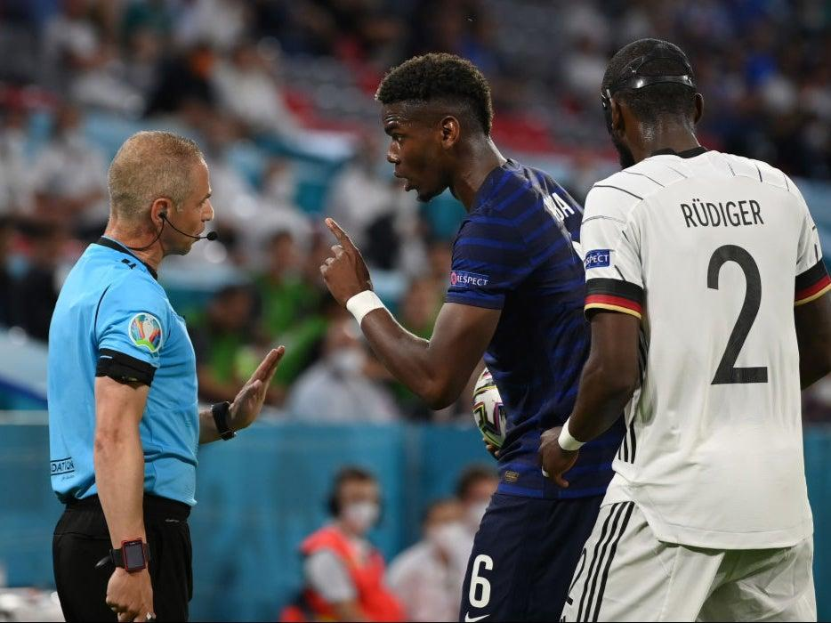 Paul Pogba complains to the assistant referee (Getty Images)