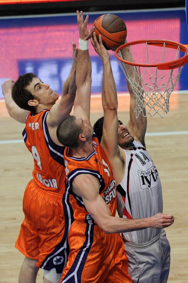 Valencia's Victor Claver (L) and Nik Caner-Medley (C) vies with Vilnius Lietuvos Rytas's Predrag Samardziski during an Eurocup semi-final basketball match between Valencia and Lietuvos Rytas in Khimki, outside Moscow, on April 14, 2012. AFP PHOTO / KIRILL KUDRYAVTSEV (Photo credit should read KIRILL KUDRYAVTSEV/AFP/Getty Images)