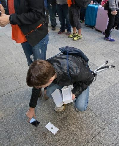 the first iphone6 in perth literally hits the streets.