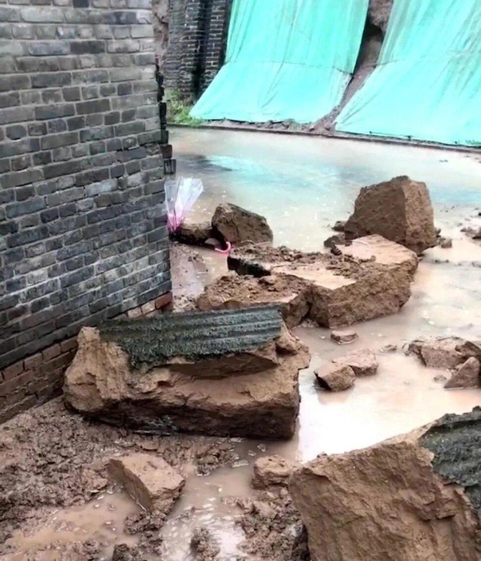 At some sites entire sections of wall collapsed. Photo: new.qq.com