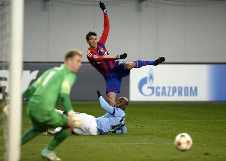 CSKA Moscow's Roman Eremenko misses the target during the Champions League match against Manchester City at the Khimki Arena in Moscow on October 21, 2014 (AFP Photo/Alexander Nemenov)