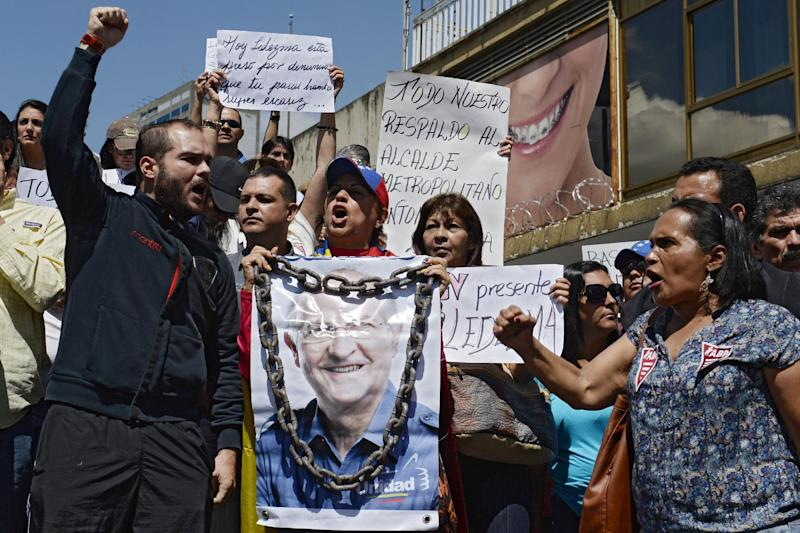 Supporters of Mayor Antonio Ledezma demonstrate after his arrest in Caracas on February 20, 2015 (AFP Photo/Federico Parra)
