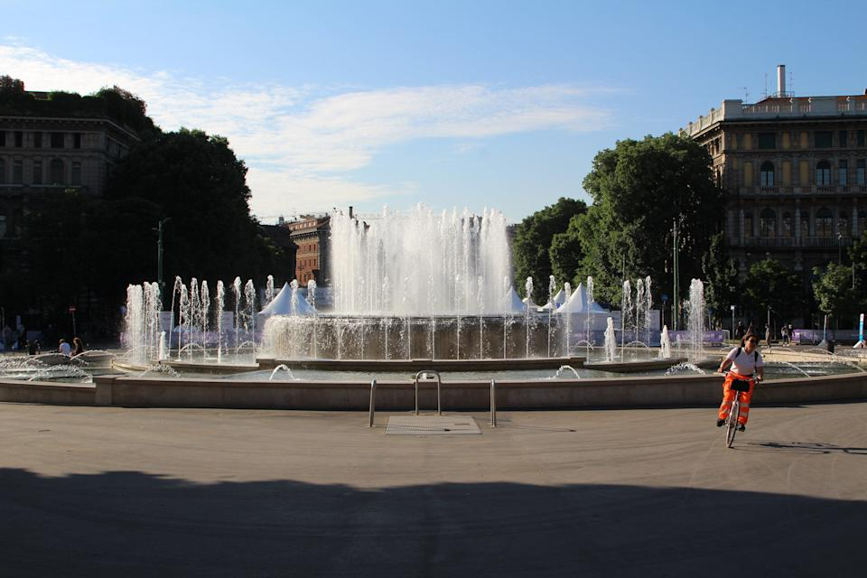 Cyclist rides past a fountain at Parco Sempione (Joey Tyson)