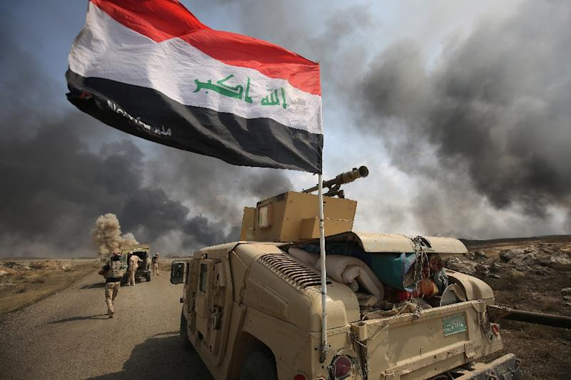 Iraqi forces and Hashed al-Shaabi paramilitary fighters hold a position as they advance towards the Islamic State group's stronghold of Hawija on September 30, 2017 (AFP Photo/AHMAD AL-RUBAYE)