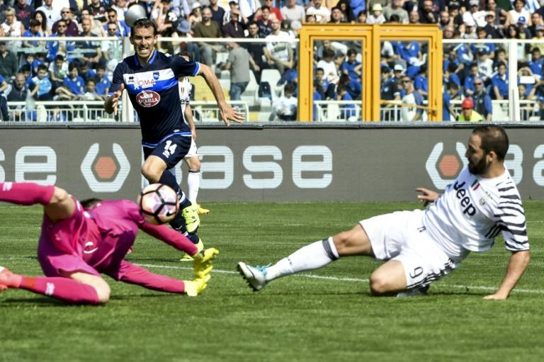 Juventus' Gonzalo Higuain (R) scores during their match against Pescara at Adriatico's comunal stadium, in Pescara, on April 15, 2017