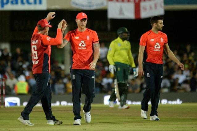 England's Ben Stokes (2nd left) celebrates with teammates after catching South Africa's JJ Smuts (AFP Photo/RODGER BOSCH )