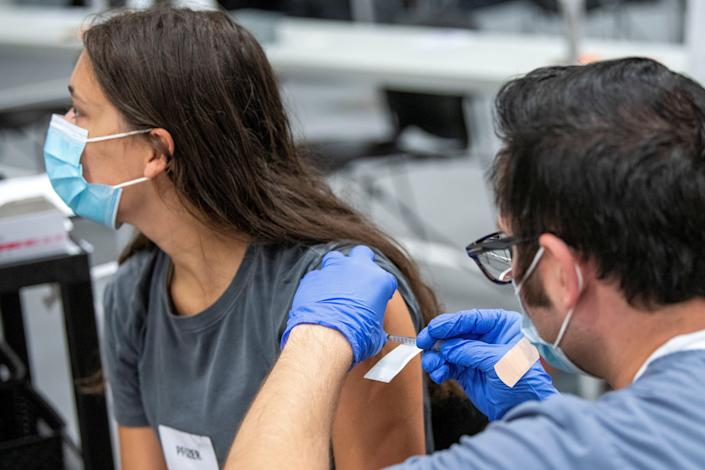 Image: FILE PHOTO: Vaccines are administered to students at Ohio State University (GAELEN MORSE / Reuters, file)