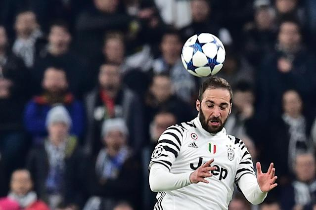 Juventus' forward from Argentina Gonzalo Higuain jumps for the ball during the UEFA Champions League football match against Porto on March 14, 2017 (AFP Photo/GIUSEPPE CACACE )