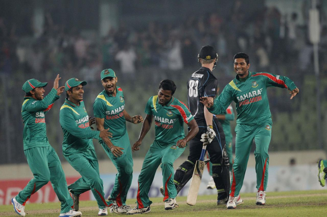 Bangladesh's Rubel Hossain (3rd R) celebrates with teammates after he dismissed New Zealand's James Neesham as he made a hattrick during their first one-day international (ODI) cricket match in Dhaka October 29, 2013. REUTERS/Andrew Biraj (BANGLADESH - Tags: SPORT CRICKET)