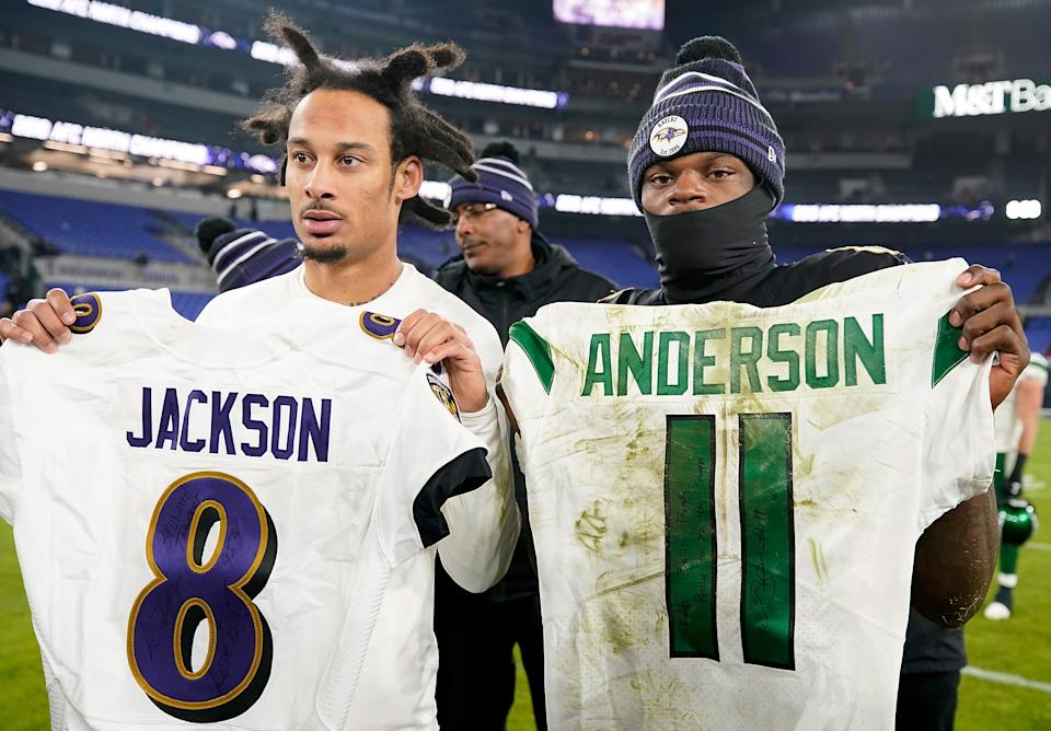 Quarterback Lamar Jackson of the Baltimore Ravens and wide receiver Robby Anderson of the New York Jets exchange jerseys. (Photo by Scott Taetsch/Getty Images)
