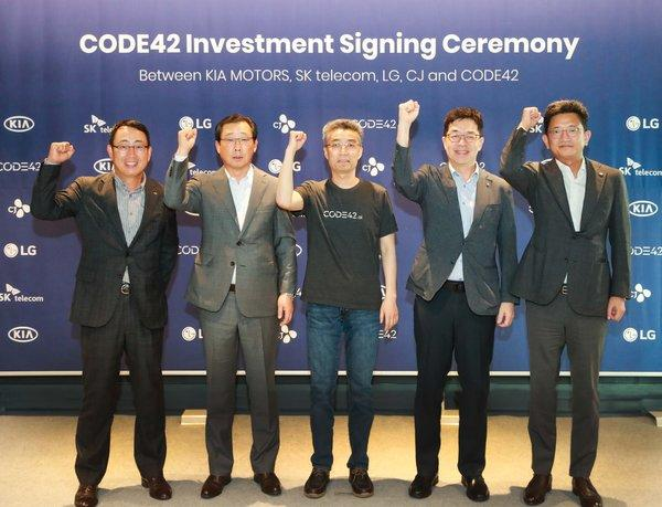 (from left) On September 30, YoungSang Ryu, EVP (Head of MNO Biz. Division) of SK Telecom; Hanwoo Park, President & CEO of Kia Motors; Chang-hyun Song, CEO of CODE42; I.P. Park, President and CTO of LG Electronics; and KyungMook Lim, Chief Strategy Officer of CJ Corporation met at the SERVEONE Building in Gangnam-gu Seoul, South Korea to attend the CODE42 Investment Signing Ceremony.