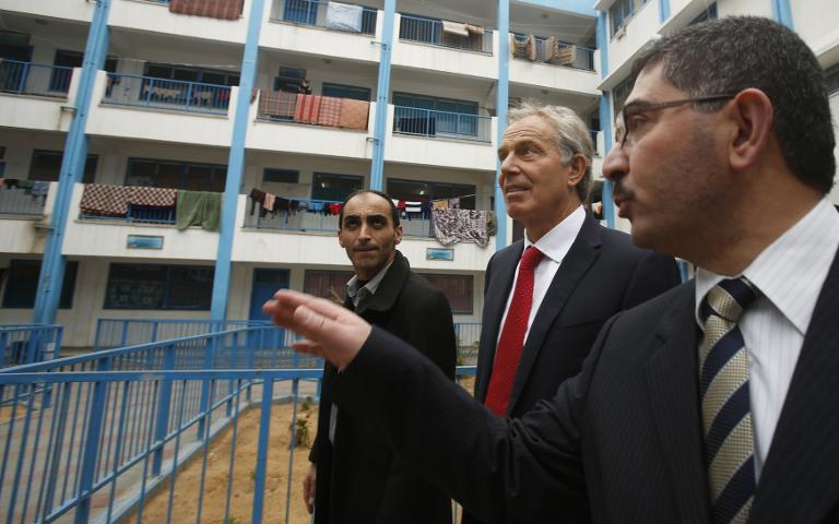 Middle East Quartet envoy Tony Blair (2nd R) visits a UN-run school sheltering Palestinians, whose houses were destroyed by what they said was Israeli shelling last summer, in Gaza City on February 15, 2015 (AFP Photo/Suhaib Salem)