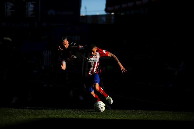 Football Soccer - Spanish Liga BBVA - Atletico Madrid v Rayo Vallecano- Vicente Calderon stadium, Madrid, Spain - 30/04/16 Atletico Madrid's Angel Correa and Rayo Vallecano's Antonio Amaya in action. REUTERS/Susana Vera