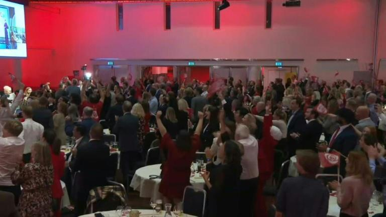 Norwegian Labour Party supporters cheers as initial election results come in (AFP/Tom LITTLE)
