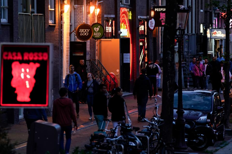 Barrio Rojo de Ámsterdam. (Photo by KENZO TRIBOUILLARD/AFP via Getty Images)