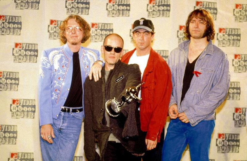 UNITED STATES - SEPTEMBER 08: RADIO CITY MUSIC HALL Photo of REM and Michael STIPE and Mike MILLS and Peter BUCK and Bill BERRY, L-R: Mike Mills, Michael Stipe (holding award), Bill Berry, Peter Buck - posed, group shot at MTV Video Music Awards (Photo by Ebet Roberts/Redferns)