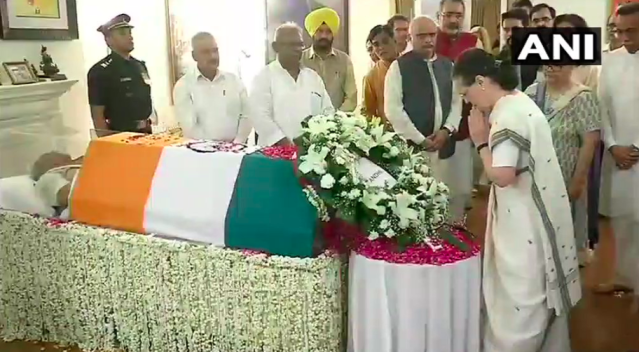 <p>Former Congress president Sonia paying her last respects to Atal Bihari Vajpayee. </p>