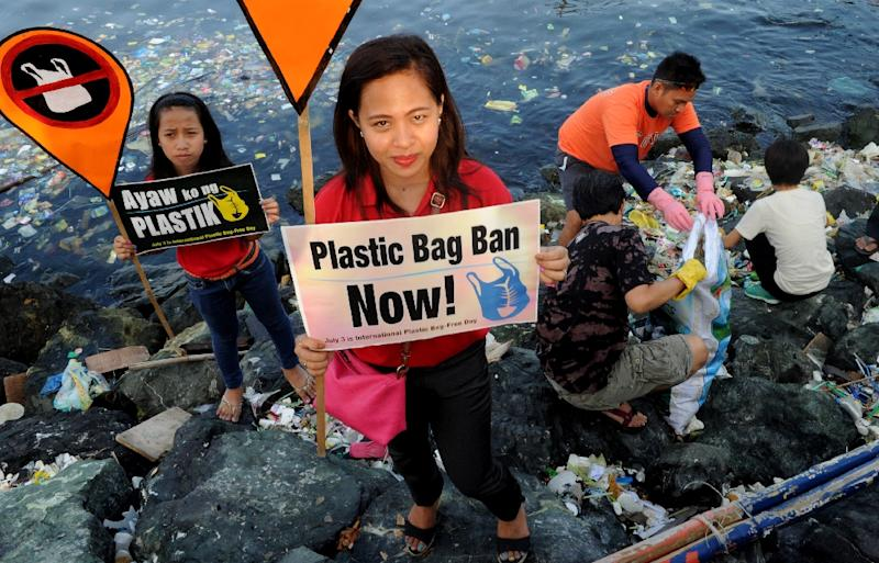 Environmental activists calling for a ban of the use of plastic bags in Manila (AFP Photo/JAY DIRECTO)