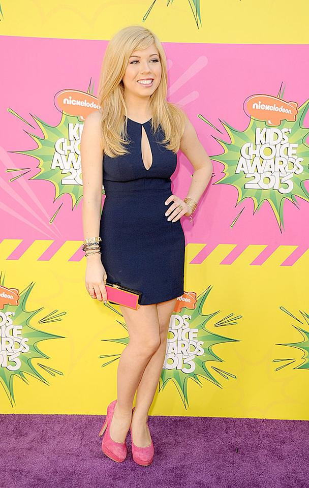 """iCarly's"" Jennete McCurdy hit the arrivals line in a navy mini, which she accessorized with pink suede pumps and a pink clutch."